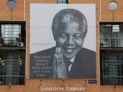 Nelson Mandela lyckades med något som nog ingen annan hade kunnat  åstadkomma i det kaos som rådde när han tillträdde som ledare, nämligen en någorlunda fredlig  och ordnad tillvaro för de flesta.