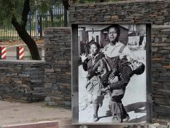 Hector Pieterson Memorial 1976. Hector var en av  ca 20 barn som sköts av polis när de protesterade  mot Afrikaans som officiellt  språk i skolan.  Fotografen Sam Nzima tog bilden. Flickan är Hectors lillasyster.