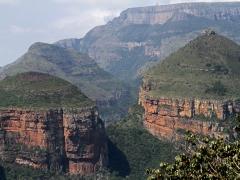 """Three Rondavels är tre stora bergsspiralerpå den ena sidan av Blyde River Canyon. """"Rondavel"""" är en traditionell rund hydda med halmtak."""