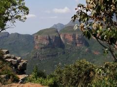 Blyde River Canyon. De tre välkända gigantiska topparna av kvartsit och skiffer med sina blottade bergväggar tornar upp sig mer än 700 m över det omgivande landskapet. Dessa toppar är uppkallade efter de tre mest besvärliga av hövding Maripi Mashiles fruar.