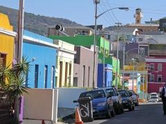 Bo-Kaap är en stadsdel i Kapstaden som uppstått i en säregen blandning av handelsmän och slavar från olika delar av främst Asien . Invandringen har skett främst  på holländskt initiativ och islam har blivit en enande faktor. Färgglada fasader bland vindlande branta stenlagda gator  har skapat en  unik miljö.
